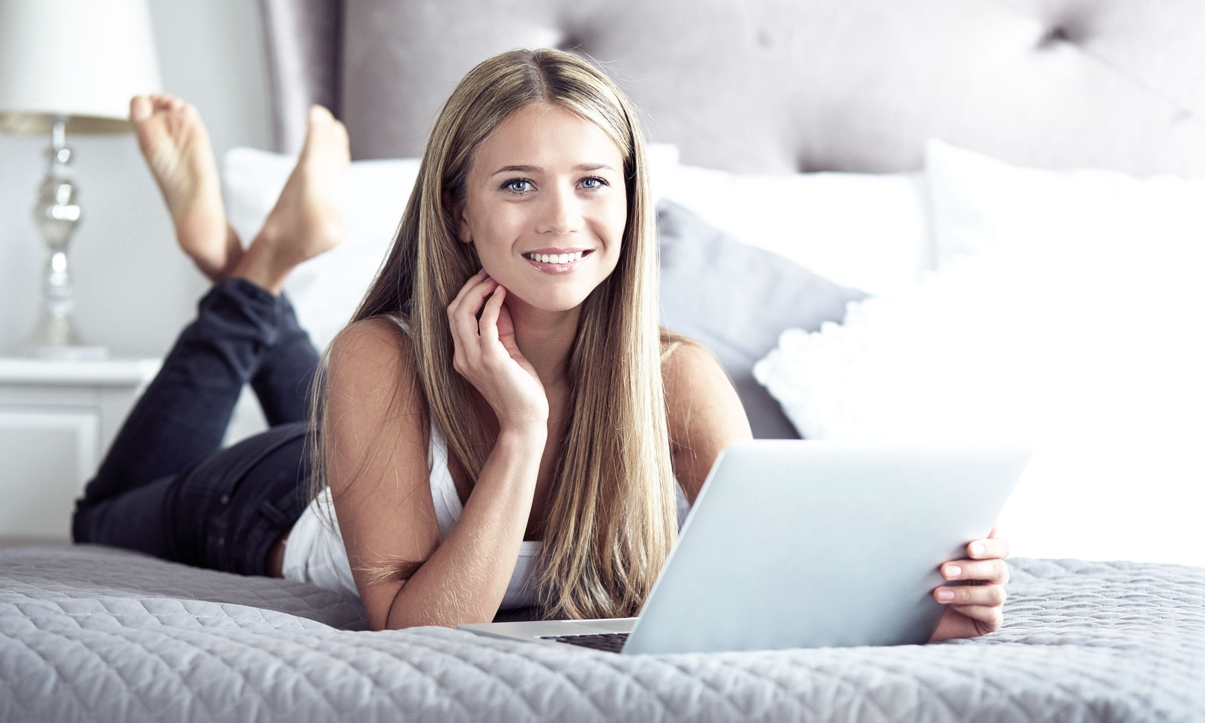 Mädchen mit Tablet, Däumling Kinderschuhe Onlineshop, E-Commerce Agentur GAXWEB Karlsruhe