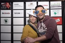 Eine Frau steht mit Ihrem Mann vor der Sponsoren-Wand - 360 Grad Session Karlsruhe Gaeste GAXWEB steht an der Sponsoren Wand Werbeagentur und Internetagentur GAXWEB GmbH Karlsruhe