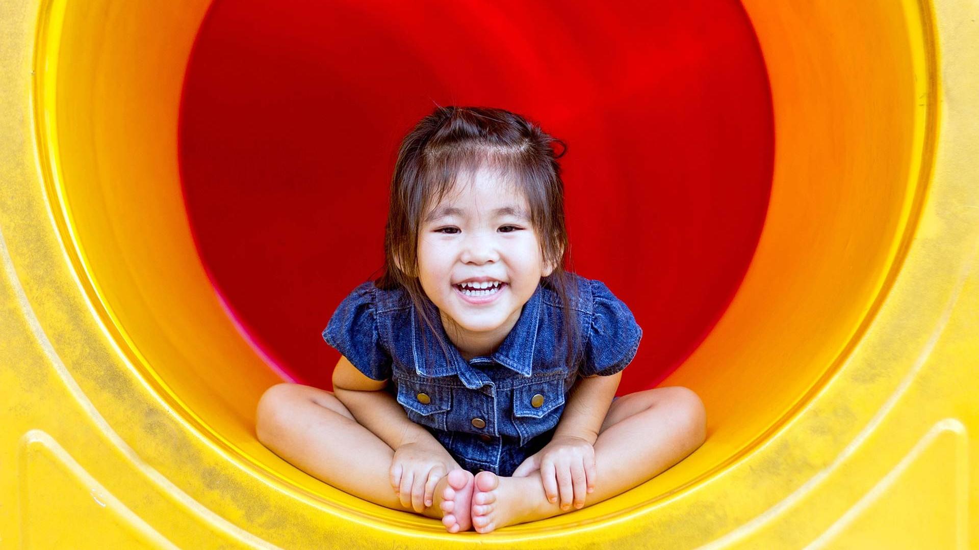 Asiatisches Kind freut sich, Däumling Kinderschuhe Corporate Website, GAXWEB GmbH Werbeagentur und Internetagentur Karlsruhe